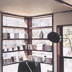 寝室にある作り付けの棚は、クラシックCDコーナー。