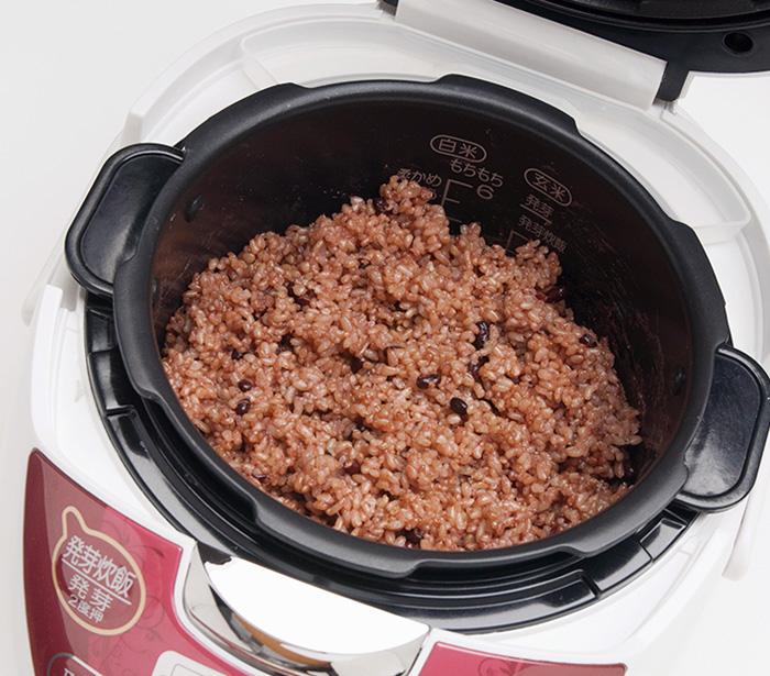 玄米、水、小豆、塩を入れてスイッチを入れると、3日目くらいから発酵し、酵素ご飯に。