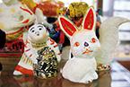 岡山県倉敷市にある〈日本郷土玩具館〉には2代目・宮本峯一氏による作品が多数展示されており、3代目・義孝氏の作品も販売されている。写真上/猿5,250円。●日本郷土玩具館☎086・422・8058。