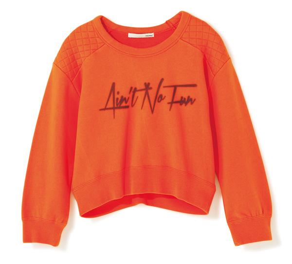 グラフィティタッチの文字で 装いにクールなニュアンスを。 ストリートな雰囲気漂うデザインを、コンパクトなシルエットで女子っぽくアレンジ。肩に施したキルティングも今の気分。¥6,825(マウジー/バロックジャパンリミテッド☎03・6730・9191)