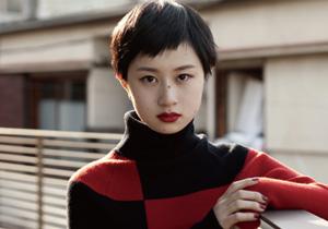 ニッポン美人化計画 Mission 38 : 黒髪&赤リップで潔さが光るヘア&メイク。くっきりした色使いに、パッと目を引くヒントが隠されています。