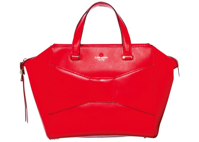 人気のボウバッグに通常サイズよりひと回り小さいXmas限定色&サイズが登場。W25×H23×マチ11㎝¥54,600(ケイト・スペード ニューヨーク/ケイト・スペード ジャパン☎03・5772・0326)