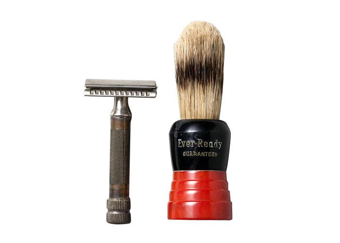 脚本の執筆を行っていた茅ヶ崎館では、毎朝、11時近くに起床して鏡の前で入念にヒゲを剃る小津の姿が確認されている。シェービングブラシも海外ブランドのものを使用し、持ち手は赤。