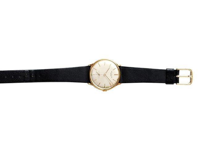 大映製作の『浮草』を撮影した際に、同社の社長からプレゼントされた腕時計。小津の太い腕には似合わないと、撮影仲間からの反応はイマイチだったとか。「浮草」の刻印入り。