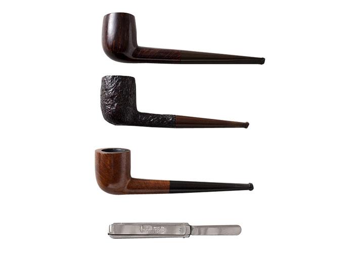 小津がタバコ好きというのは有名な話だが、パイプやキセルも同様にたしなんでいた。蒐集癖があったため、ほかにも多数のパイプを所持。なお、メンテナンス用の道具はダンヒル。