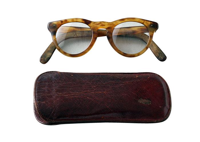 鼈甲の老眼鏡は、無類の読者家としても知られる小津が読み物をする際に使用していたプライベート用。現場で台本などを読む際には、半月形の老眼鏡を愛用し、使い分けていたそうだ。