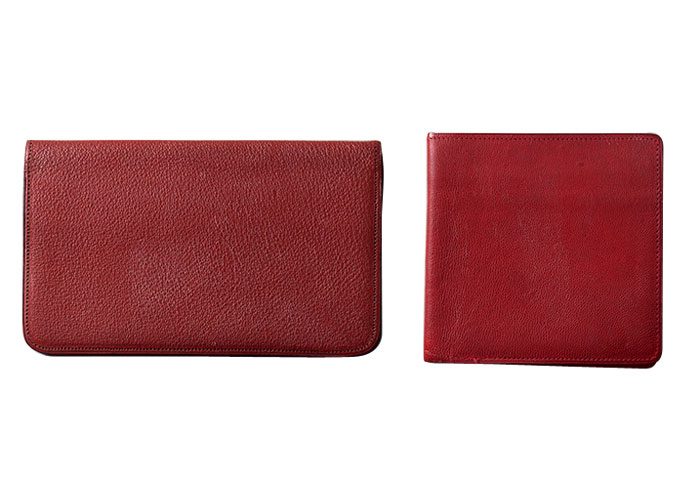 小津が最も好んだ色の一つとして赤が挙げられる。まるで女性モノのような真っ赤な財布を愛用していたというのは、なんとも象徴的な事実といえそうだ。右は小銭ケース、左は札入れ。