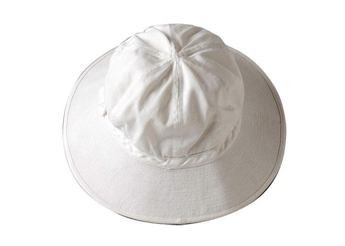 真っ白なピケ帽は小津家に残っていた新品。ほかにも小津が愛用した数点のピケ帽が発見されているが、未使用のものは稀少。シャツやスーツ同様、このピケ帽も一度に大量に発注していた。