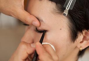 ペンシルアイライナーは、睫毛の内側と隙間を埋めるように。
