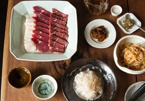 きょうのイエノミ 旅するイエノミ 第6回:日本酒と山鹿の馬刺し