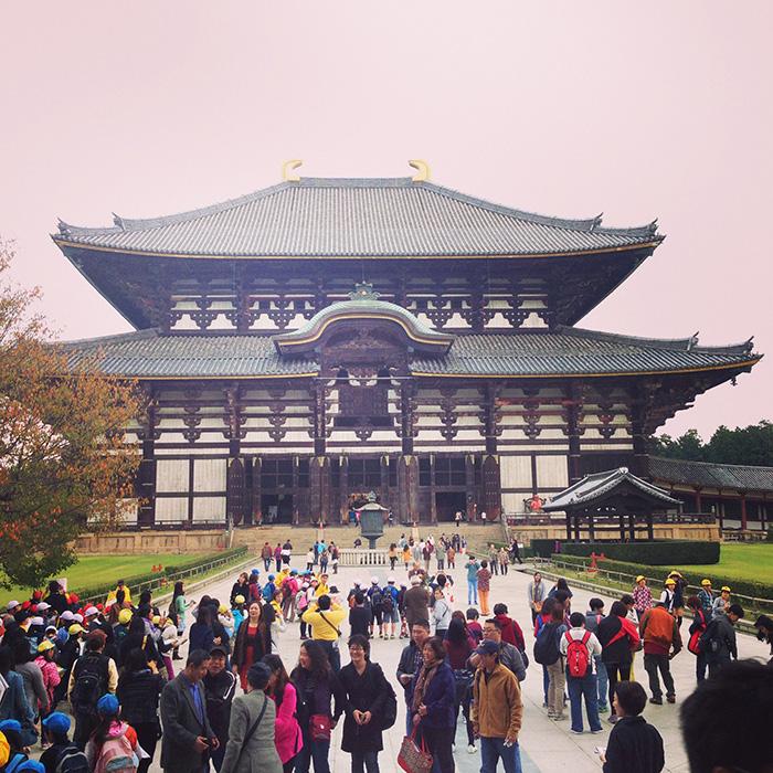小学校の修学旅行以来、取材先の奈良にある東大寺の大仏殿を観てきました。小学生当時はまだ世界で一番大きな木造建築だっただろう。子供なりに大きな建造物と思っていたが、今回、再び観て、あらためてその巨大さにビックリ。距離とか高さの感覚がズレる、奇妙な感覚に襲われる建物でありました。