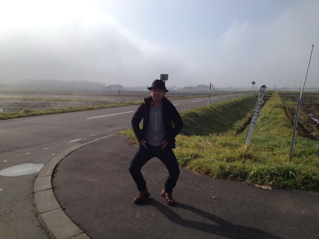 取材に訪れた旭川で。取材前、朝靄立ちこめる果てしない大空と広い大地の中、コマネチをかます伊藤カメラマン。