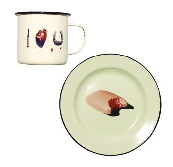 写真雑誌『TOILET PAPER 』と、伊ブランド『SELETTI』がコラボ。リアルで辛口なイラストがお茶目♡ 『MoMAデザインストア』(☎03・5468・5801)で先行発売。プレートφ26cm¥2,730 マグ¥2,415(全12柄の予定)
