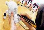 復刻させたのは若き張り子職人、林史恵氏。上質な手漉きの和紙を使ってすべて手張りで作られる。写真上/復刻犬張り子松葉模様10,500円。●はりこのはやしや/hayashike@almond.ocn.ne.jp