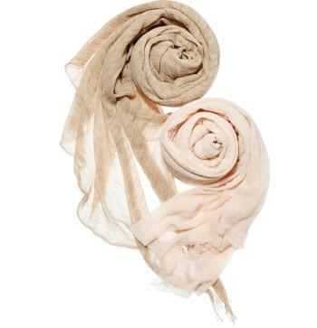 卓越した編む技術を誇る新ブランド、その名も『アミメ』(フクエー☎0256・52・0465)。デビューアイテムは、ベビーアルパカの首の毛だけで編んだ、軽くて柔らかい奇跡のストール。各¥33,600