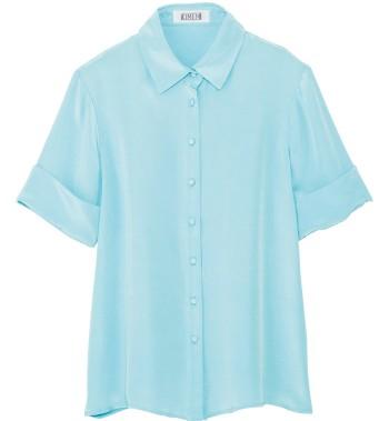 2人のフランス人デザイナーが手掛ける新ブランド『キメム』(シップス 渋谷店☎03・3496・0481)の初コレクションが上陸。すとんとしたシルクのシャツに、発色の良い水色が映える。¥33,600