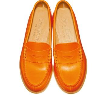 """""""店に並ぶとすぐに売れてしまう""""と噂の『ハルタ×ジンジャーエール』(ジンジャーエール☎03・6911・2772)のローファー。こちらのオレンジも素材と色の別注。売り切れ前に手に入れて! ¥14,700"""