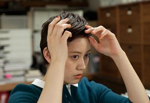 今回、ヘアは美容師の上神田さん自身で。ベリーショートの毛流れをジェルで整えた。