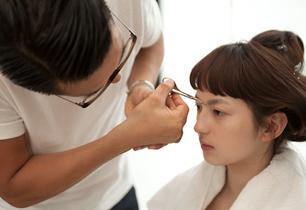 眉毛は下処理として、眉頭の下側の数本をカット。