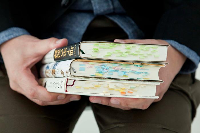 伊藤さんが勧めてくれた3冊についていた付箋。カラフルな付箋づかいですが、色の使い分けなどルールはないのだとか。(写真・石原敦志)