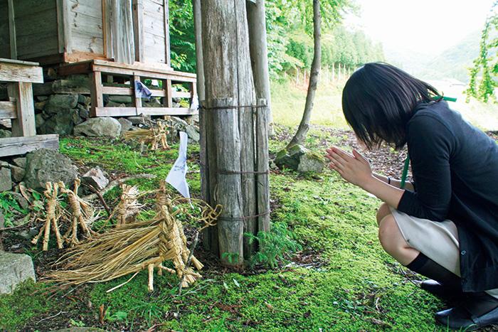 駒形神社に奉納された藁馬。おのおのが持ち寄り手を合わせて帰っていく。昼までには境内は藁馬でいっぱいに。岩手県ではほかにも様々な藁馬が残っており、各地で製作講習イベントが行われている。
