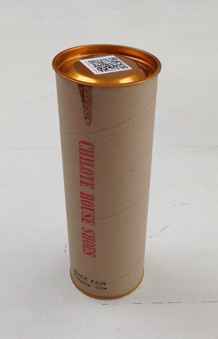 いい日用品が、いい感じのパッケージに入っていると、さらにテンションが上がるよね。これは江藤公昭さんが「尊敬できるルームシューズ」と教えてくれた〈チローテ ハウス シューズ〉のパッケージ。この筒の中に、ウールを編んだシューズがくるっと両足入っている。