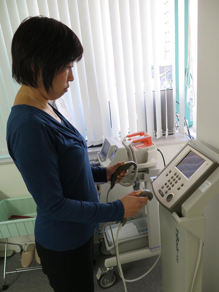 3週間のトライを経て、体重、体脂肪、筋肉量など田中さんの詳細なデータを計測。神妙な面持ち。
