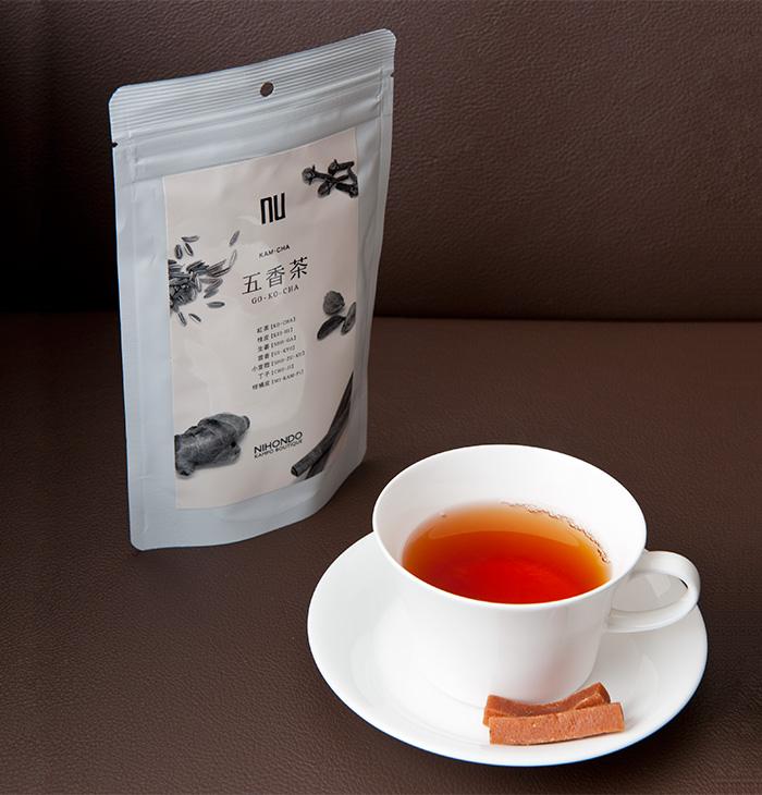 五香茶(3g×10袋 840円(税込)) シナモンや生姜など5つの香りが温かく広がる紅茶ベースの健康茶。サンザシスティックを添えて。
