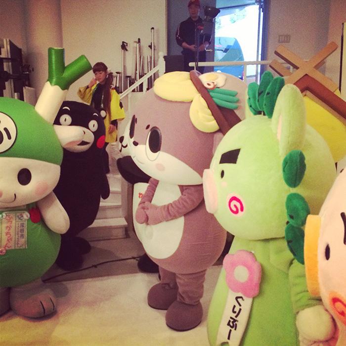 「地方生鮮食材」お取り寄せページの撮影時、スタジオで待機するゆるキャラたち。左から埼玉県深谷市のふっかちゃん、ご存知熊本県のくまモン、(鼻と口だけ見えてる)和歌山県のわかぱん、高知県須崎市のしんじょうくん、(頭だけ見えてる)島根県のしまねっこ、鹿児島県のぐりぶーとさくら。スタジオはぎゅうぎゅうでしたが、スタッフのテンションは最高に上がってました。これも「お取り寄せ」新時代の証!?