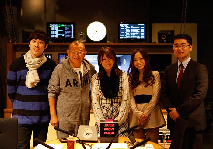 『ヤングタウン日曜日』の出演者。左から桂三四郎さん、笑福亭鶴瓶さん、ゲストの福本愛菜さん、田口万莉さん、福島暢啓さん。ブルータスの取材を意識してラジオ番組なのにドレスアップしてきてくれた方もいた(ようです)。
