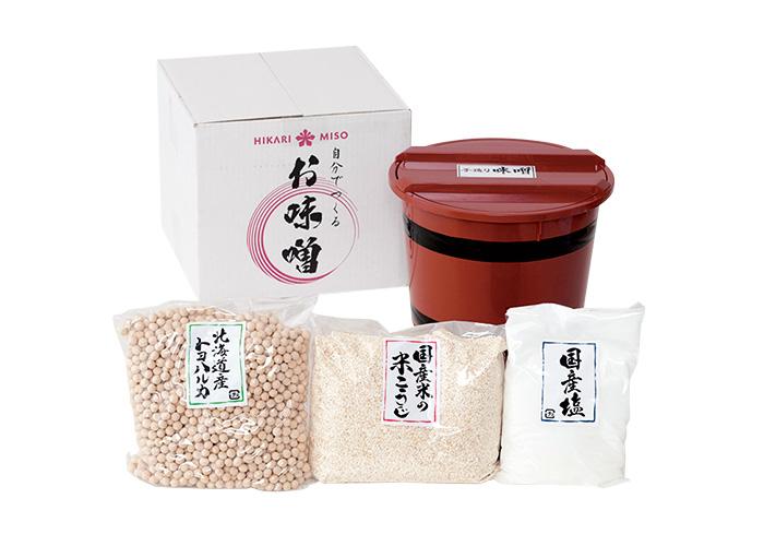 セット内容・国産米の米こうじ1㎏、北海道産大豆「トヨハルカ」1㎏、国産塩500g、樽1個、ふた1枚。3,680円。購入は、http://www.rakuten.co.jp/hikarimiso/(ひかり味噌☎03・5940・8853)