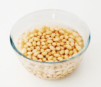 よく洗った大豆を一晩、水に浸し、ふやかす。