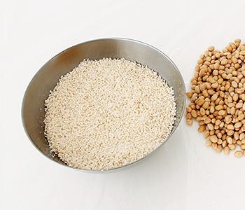 米こうじに大豆の煮汁100mlを加え、軽く混ぜ合わす。