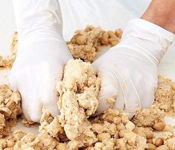 大豆をつぶす。つぶし具合は大豆の粒が残る程度。