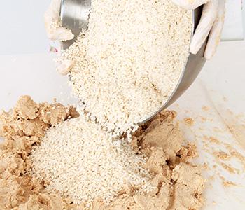3に塩(ひとつかみ分残す)を加えて「塩きりこうじ」を作り、大豆と混ぜる。