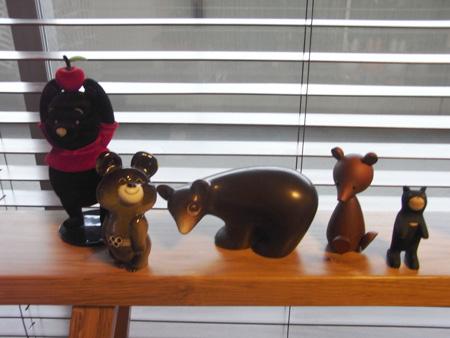 自分の部屋を見渡すと、意外とクマの置物が多いことに気付く。次 は、北海道の木彫りのクマでも買いますか?