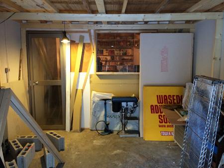 文中の建築家志望の学生の家にはこんなガレージもついています。ここでイスも机も、ロフトへの階段も作れてしまう。車を入れるというよりも、部屋づくりの場。