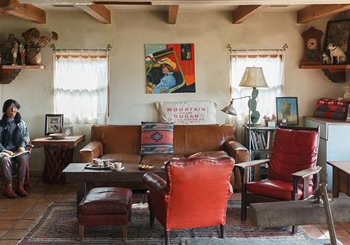 アンティークの家具が映える、 サンタフェスタイルの家。