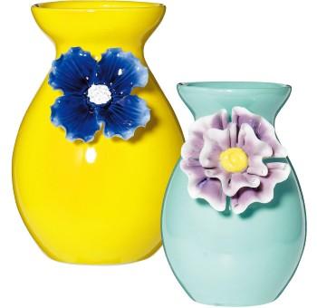 陶器のコサージュで、花器を春顔にデコレート。 お部屋のアクセントにもなりそうな、色鮮やかなフラワーベース。春らしい大きな一輪の花で、オブジェとしての存在感も。イエロー¥2,400 グリーン¥1,800(フランフラン☎0120・500・924)