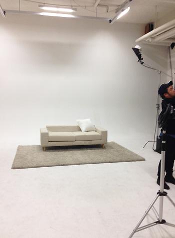 スタジオに、ごくごくシンプルなソファとラグを用意。ここにユンホさんとチャンミンさんが入っただけで夢の空間になるから不思議…♡