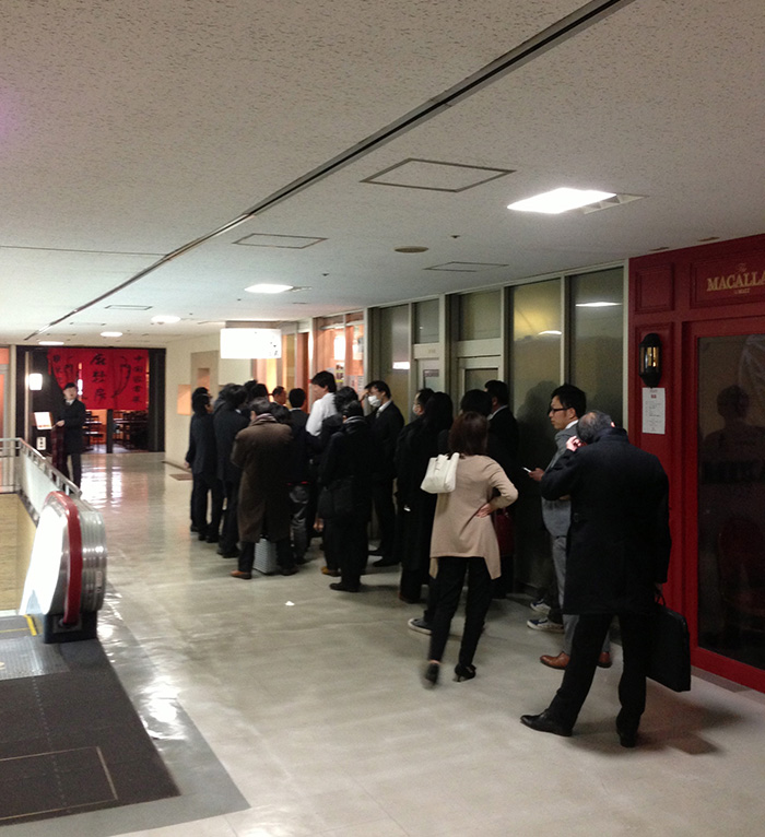 全く余談なんですけど、たまには並んだことのない行列に並んでみるのはどうでしょうか? 「行列の理由を知る」のもなかなか面白い東京の楽しみ方のような気がします。迷ったら並ぶ。これらは銀座〜虎ノ門で。