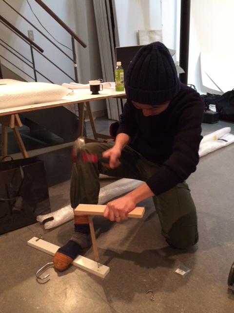 突然ですが、撮影中のヒトコマ。ファッションエディター、松本有加氏。得意技は撮影プロップの自主制作。作業時には軍パンに履き替える、というのが彼のルール。