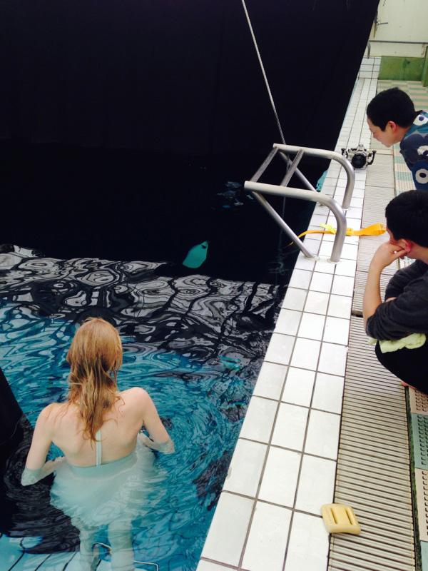 メイキング写真。水中にいるカメラマンの合図待ち。