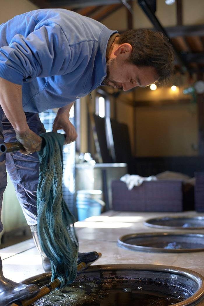 「天然藍」を染める「壺草苑」の村田徳行さん。丁寧な職人仕事が絶妙な藍の発色を生み出す。