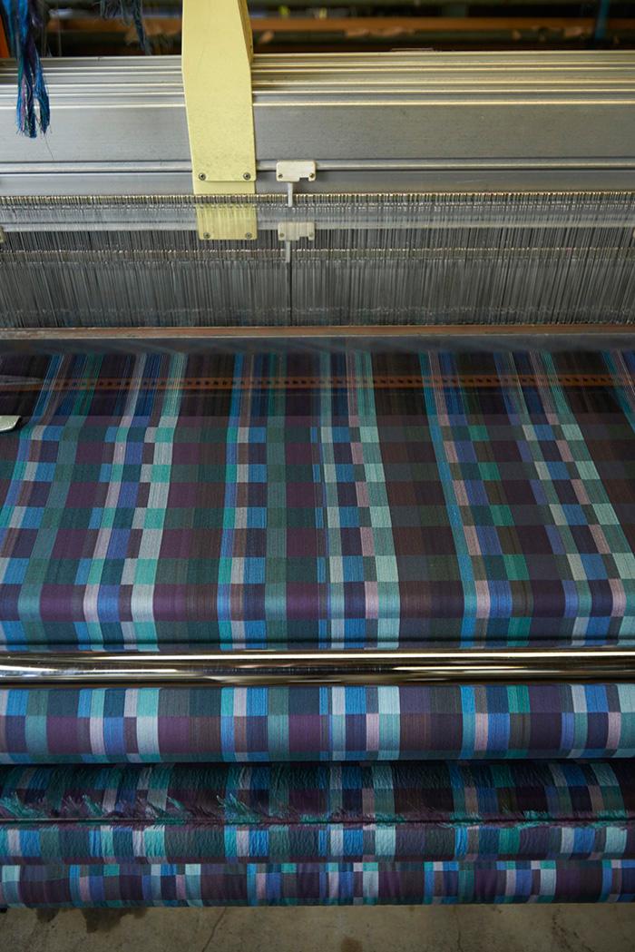 matohuの堀畑裕之さんたちが共同開発に関わる文化・ファッションテキスタイル研究所。そこで織られる「色尽くし」は、21色を織り込んだ繊細な生地だ。(撮影・三東サイ)