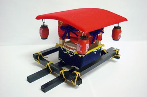 写真大/藍搗きお蔵2,625円(後藤人形館☎0886・23・8001)。写真上/こちらも後藤人形館製玩具、首木偶。写真下/四所神社の布団山車を模した玩具「ヨイヤショ」。その名は担ぐ際の掛け声に由来。