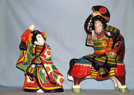 写真上/鯛付き招き猫(中)4,000円。写真左/招き猫は鶴の前掛けのタイプもある。☎0566・43・2078。写真右/歌舞伎役者人形は古くから人気のあるモチーフ。こちらは女装敦盛(左)と馬上熊谷(右)。