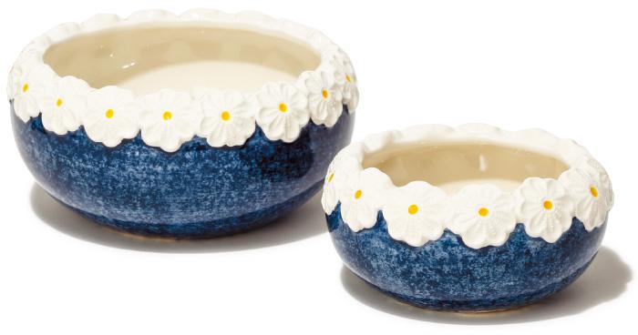 サイズ違いで揃えたい、北欧生まれの陶器ボウル。 立体的な花で縁取られた、職人技が光る逸品。イチゴなど小さなフルーツを入れれば女子度アップ! 大¥4,300 小¥2,300(ネースグレンズゴーデン/北欧インフォメーションセンター☎03・3399・9638)