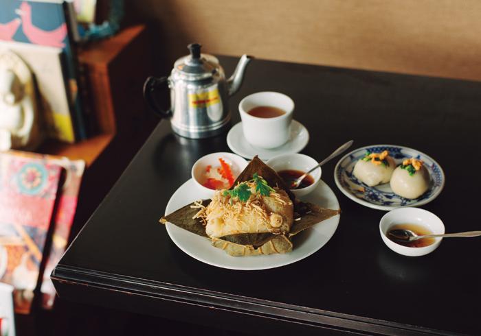 左・「蓮の実おこわ」(676円)にはナマスとハス茶がつく。右・「バイン・イット・チャン」は1つ(231円)から注文できる。すべてテイクアウト可。