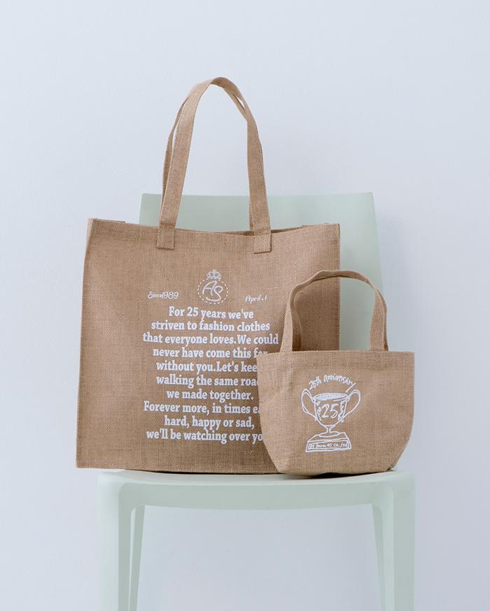 アズ ノゥ アズ ドゥ バズのショップで15,000円(税抜き)以上買うともらえる、25周年ロゴ入りのノベルティバッグ。たっぷり入るトートに小ぶりなバッグもプラス。セットでも単品でも使える、このかわいいプレゼントキャンペーンは、5月上旬からスタート。バッグの文字の色は、黒、白、ネイビーの3色です。(数量限定、なくなり次第、終了となります)